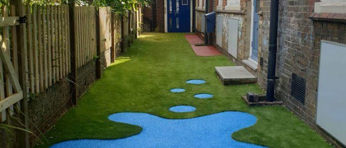 blue wetpour with artificial grass splash